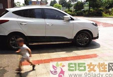 湖南4岁男童正午被锁车中身亡 车窗全是手印
